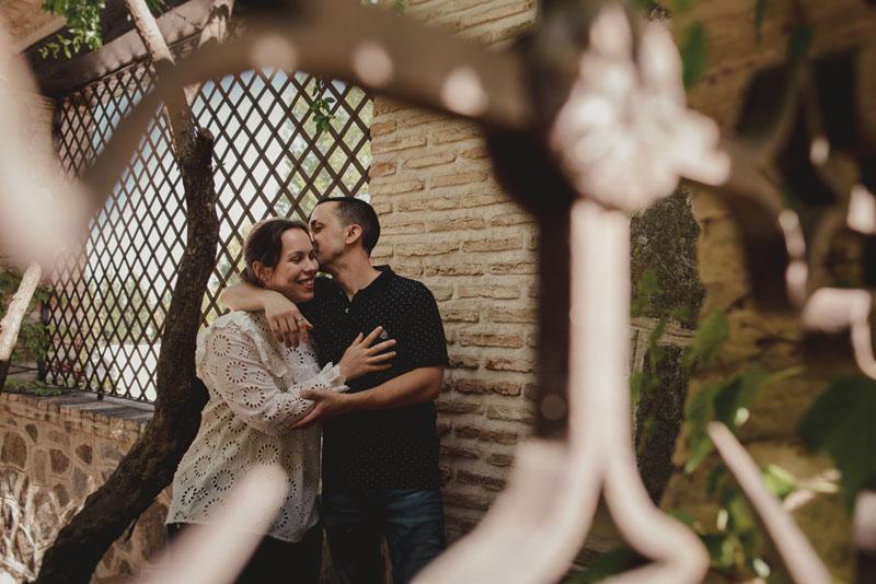 novios tras la reja miguel moba fotografos de bodas