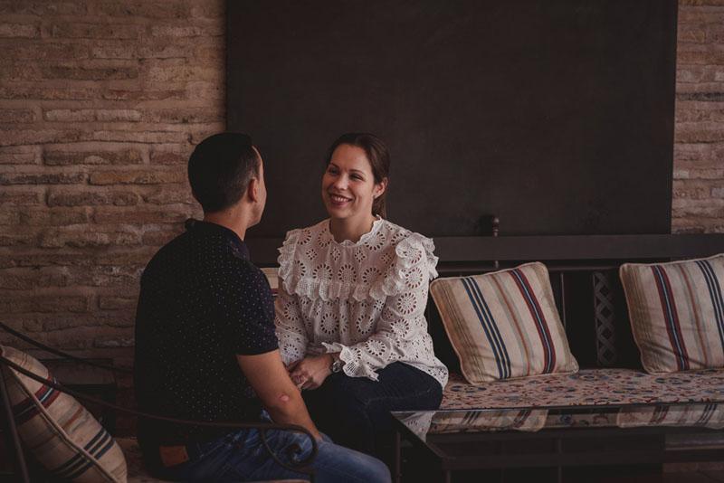 pareja sentada cigarral toledo miguel moba fotografos bodas