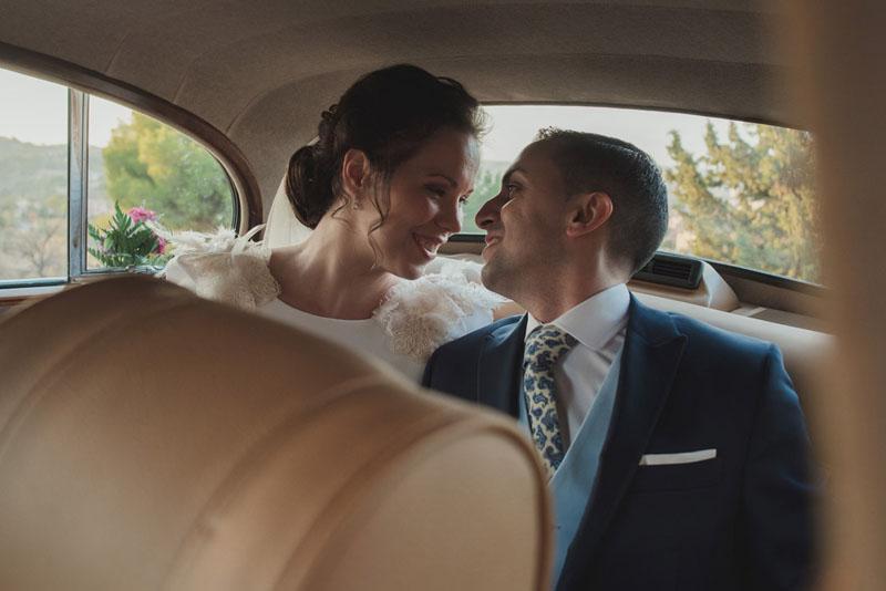 recien casados en coche miguel moba fotografos de bodas