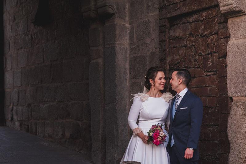 fotografo bodas toledo miguel moba pareja en la puerta