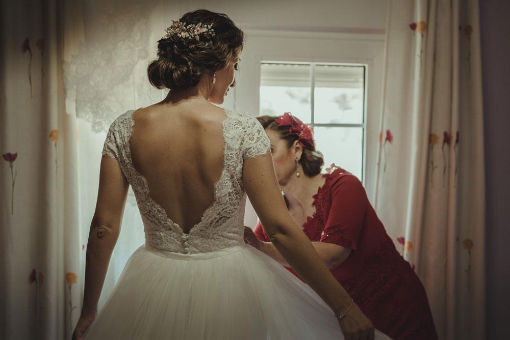 vistiendo a la novia Miguel Moba Fotografo de Bodas Granada