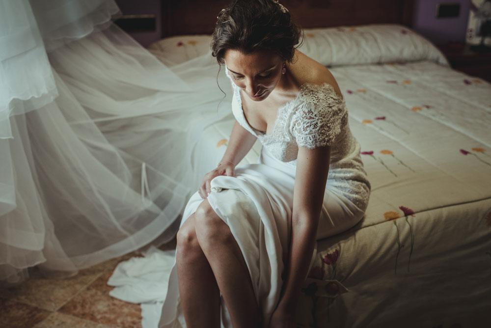 novia poniéndose los zapatos Miguel Moba Fotografo de Bodas Granada