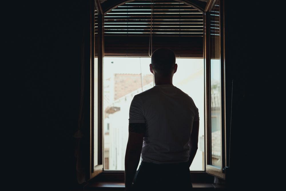 Javi en la ventana Miguel Moba Fotografo de Bodas Granada