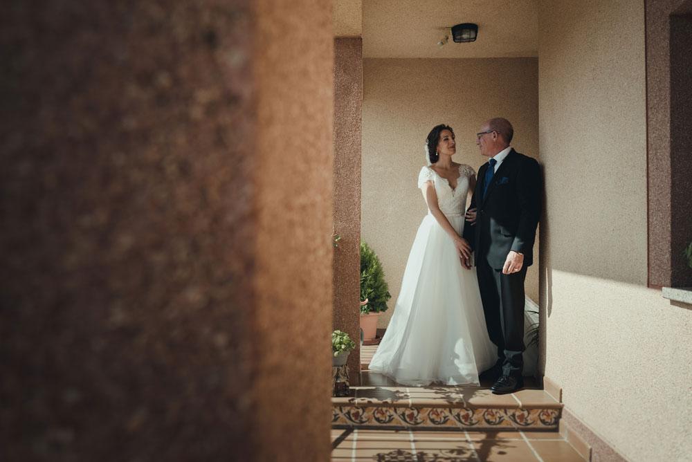 novia y padrino saliendo de casa Miguel Moba Fotografo de Bodas Granada