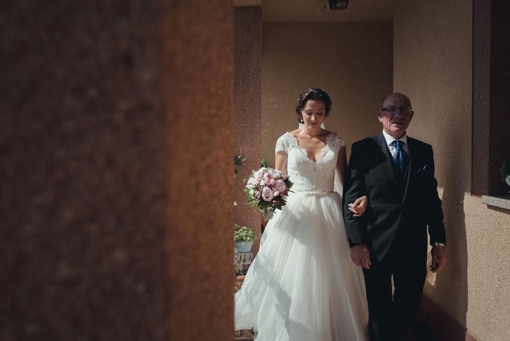 salida de la novia de casa de los padres Miguel Moba Fotografo de Bodas Granada
