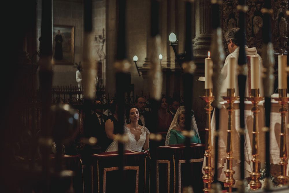 novia entre las rejas de la catedral Miguel Moba Fotografo de Bodas Granada