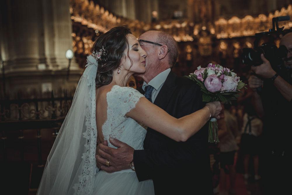abrazo del padrino Miguel Moba Fotografo de Bodas Granada