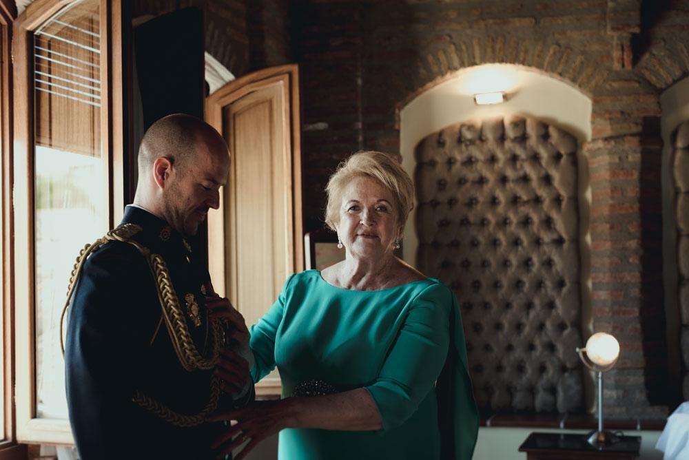 madrina vistiendo al novio Miguel Moba Fotografo de Bodas Granada