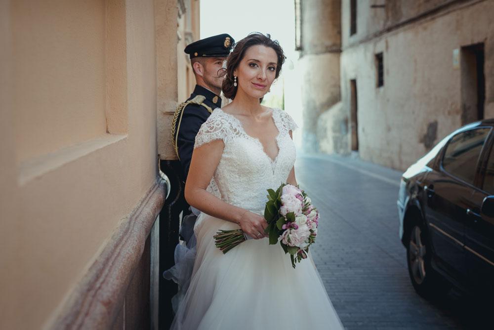 Fotógrafo de bodas Guadix. novia en la calle Miguel Moba fotógrafo de bodas