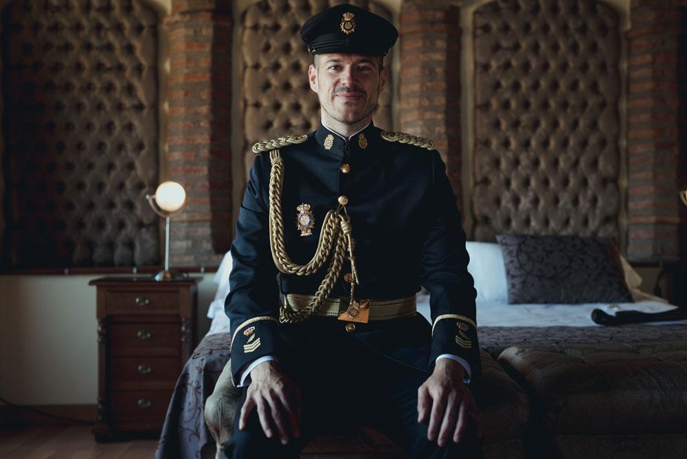 novio gran gala policía Miguel Moba Fotografo de Bodas Granada