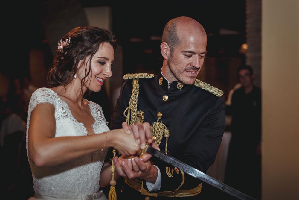 novios cortando la tarta Miguel Moba fotógrafo de bodas en Guadix, Granada