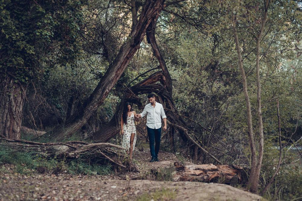 pareja paseando foto pre boda miguel moba
