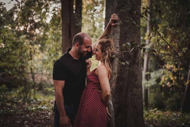 pareja en el bosque granada miguel moba fotografos