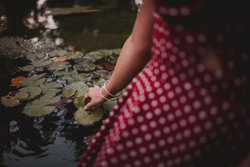 detalle de mano tocando el agua miguel moba fotógrafo bodas granada