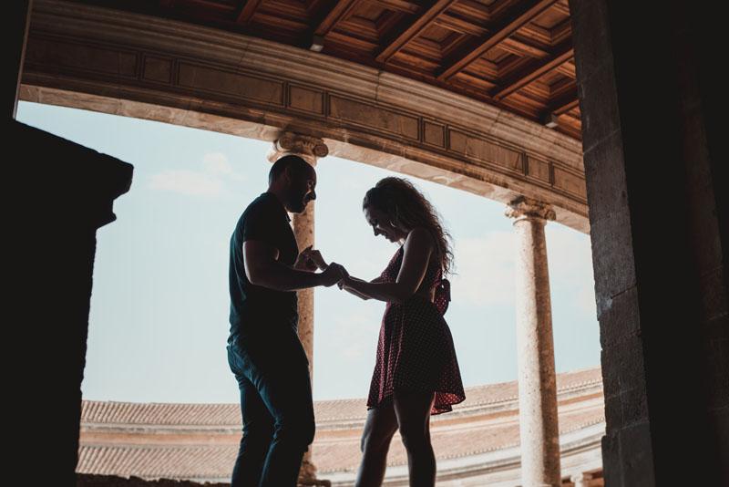 pareja bailando a contraluz